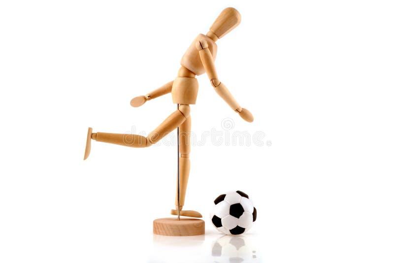 Ein hölzernes Baumuster ist Fußball auf einem weißen Hintergrund stockbild
