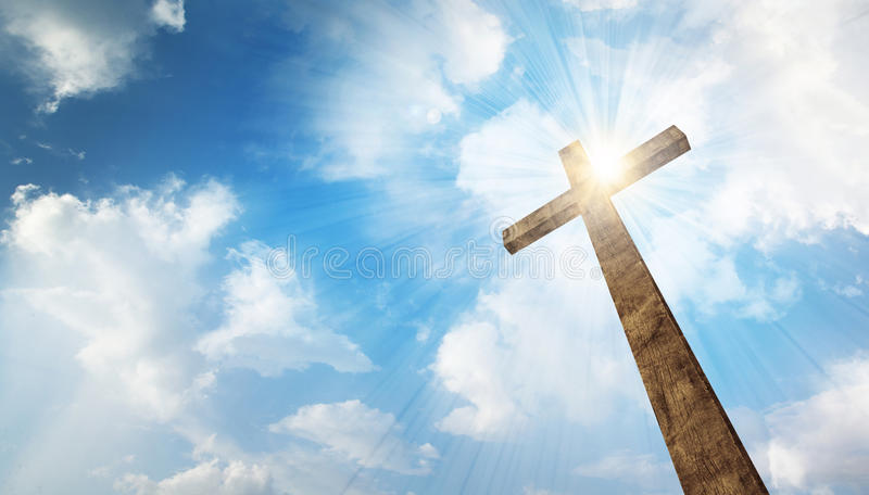 Ein hölzernes Kreuz mit Himmel stockfotos