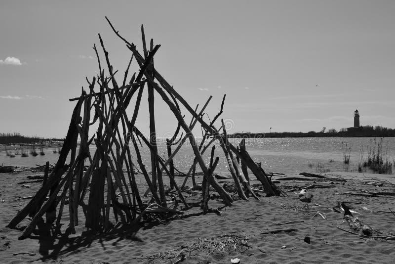 Ein hölzernes Kunstwerk auf dem Ufer Italien, Europa lizenzfreies stockbild