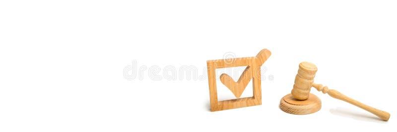 Ein hölzernes Prüfzeichen und ein Hammer des Richters auf einem weißen Hintergrund Referendum und Wahlen Ernennung eines Richters stockbild