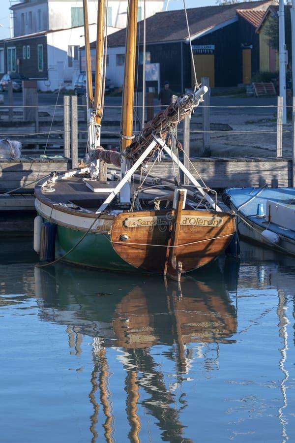 Ein hölzernes Segelboot angekoppelt, im Fischereiposten stockbilder