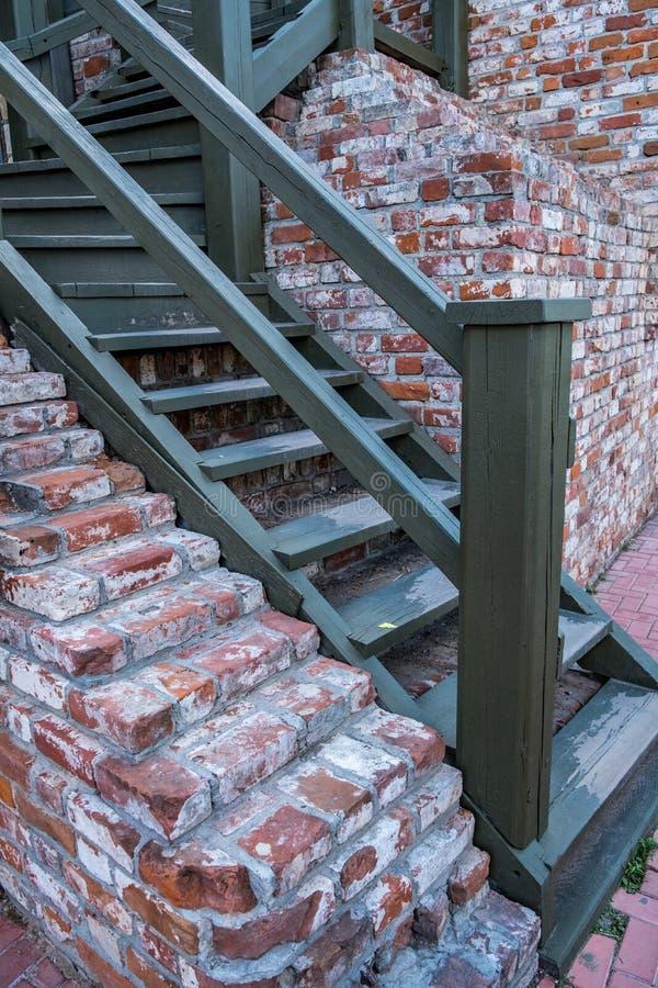 Ein hölzernes Treppenhaus in der Steinwand lizenzfreie stockbilder