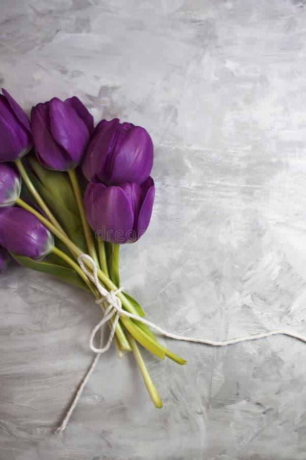 Ein hübscher Blumenstrauß von violetten Tulpen stockbild