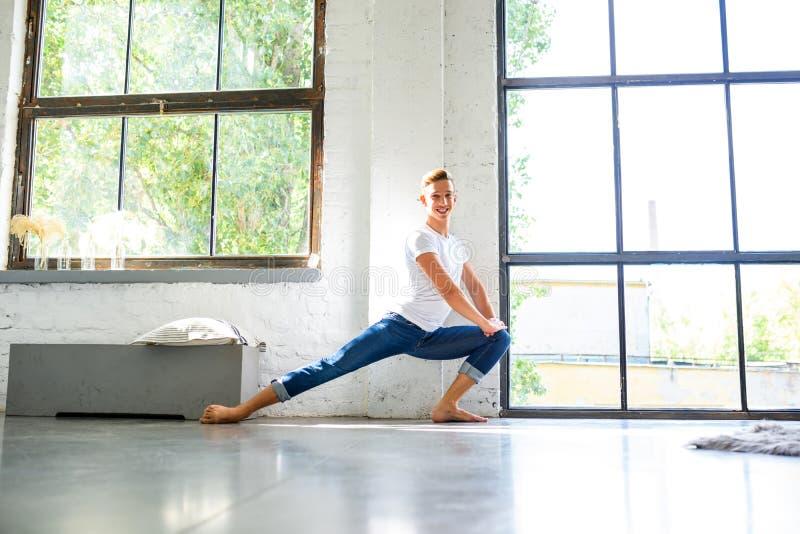 Ein hübscher junger männlicher Balletttänzer, der in einer Dachbodenart A übt stockfotos