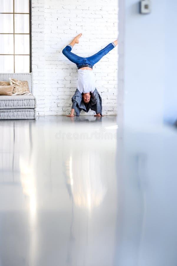 Ein hübscher junger männlicher Balletttänzer, der in einer Dachbodenart A übt lizenzfreie stockfotografie