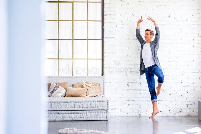 Ein hübscher junger männlicher Balletttänzer, der in einer Dachbodenart A übt lizenzfreies stockfoto