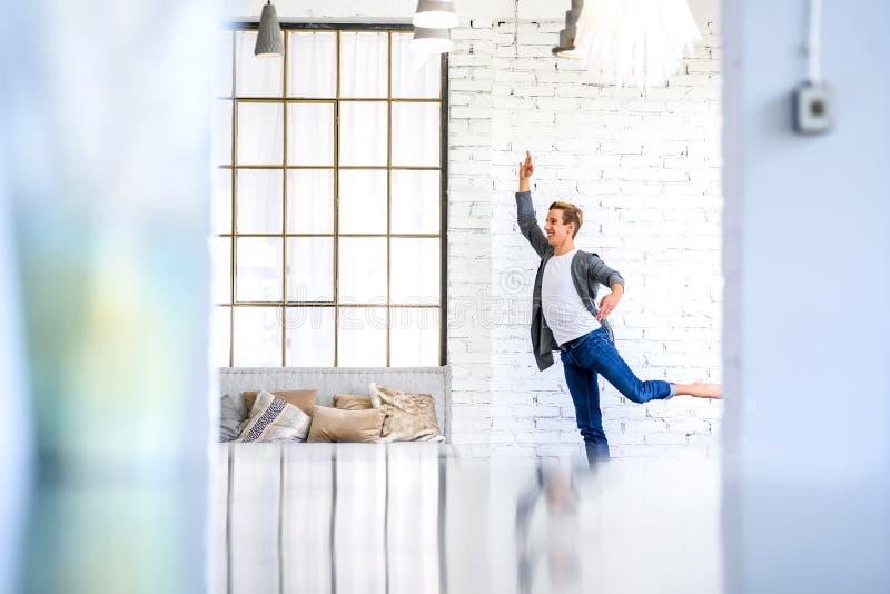 Ein hübscher junger männlicher Balletttänzer, der in einer Dachbodenart A übt lizenzfreies stockbild