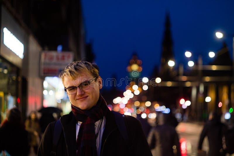 Ein hübscher junger Mann in der Stadt nachts lizenzfreies stockfoto