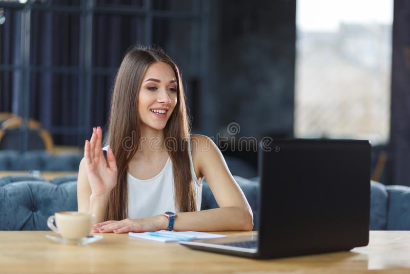 Ein hübsches Mädchen arbeitet im Büro lizenzfreie stockbilder