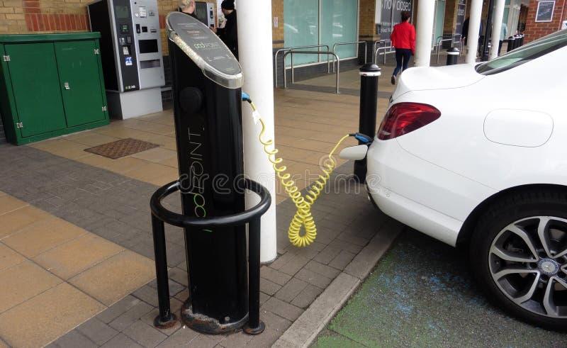 Ein Hülsen-Punkt für Aufladungselektroautos, während Sie in Staines Surrey Großbritannien geparkt werden lizenzfreie stockfotografie