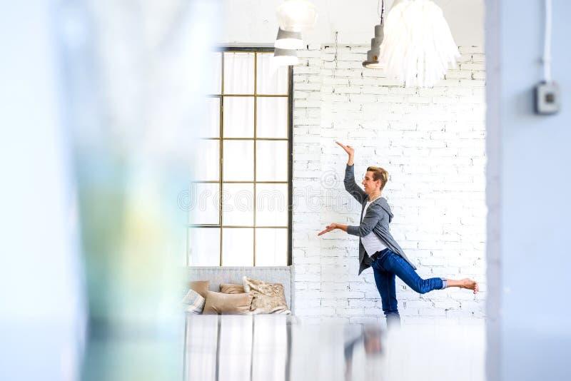Ein h?bscher junger m?nnlicher Ballettt?nzer, der in einer Dachbodenart A ?bt stockbild