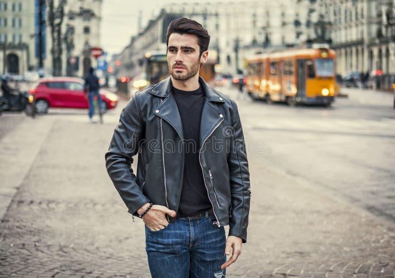 Ein h?bscher junger Mann in der modernen Stadteinstellung stockfoto