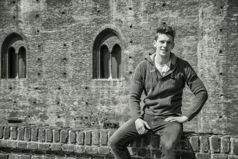 Ein h?bscher junger Mann in der Stadteinstellung stockfoto