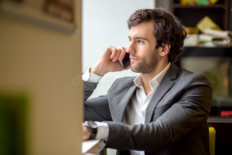Ein h?bscher junger Mann im Fenster stockbilder