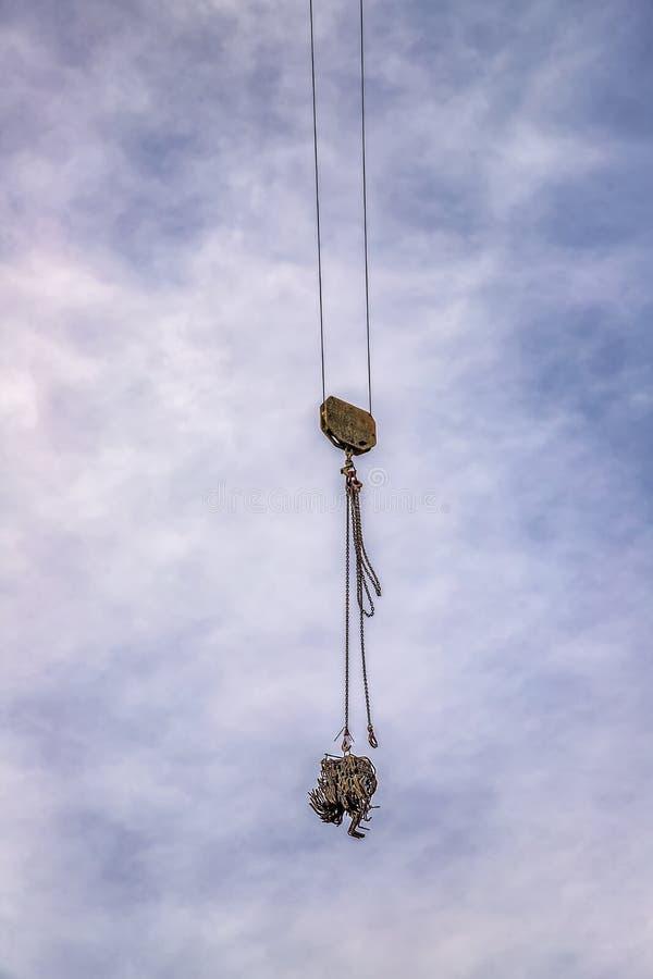 Ein Haken eines Kranes mit Last am blauen Himmel lizenzfreies stockfoto