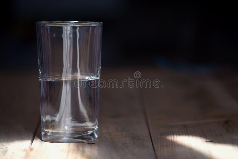 Ein halb leeres oder halb volles Glas Wasser stockfotos