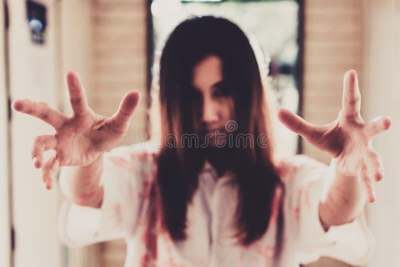 Ein Halloween-Mädchen mit der furchtsamen Hand in verlassenem Haus lizenzfreie stockfotografie