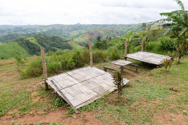 Ein handgemachtes Bambusstadium für das Kampieren auf Berg stockbild