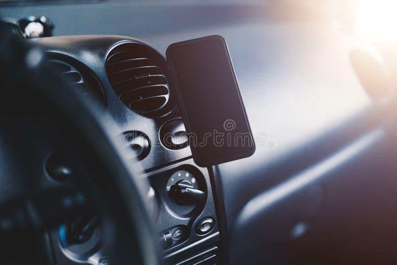 Ein Handy angebracht am magnetischen Autoberg lizenzfreie stockbilder