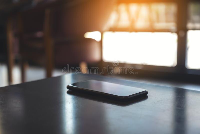 Ein Handy auf dem Tisch lizenzfreies stockfoto