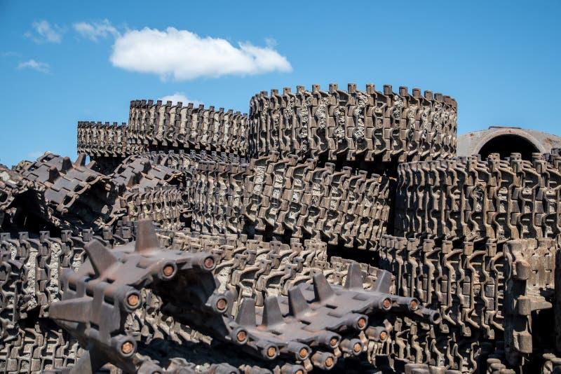 Ein Haufen Stahlgleise kämpft sowjetische Panzer gegen den blauen Himmel lizenzfreies stockfoto