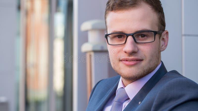 Ein Haupt- und Schulterschuß eines Geschäftsmannes mit 25 Jährigen in einem Anzug und in einem Hemd mit Bindung. stockfotos