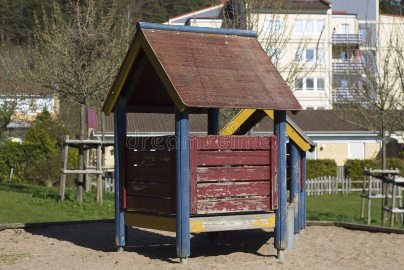 Ein Haus auf einem Kind-` s Spielplatz stockfotos