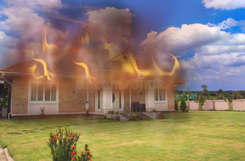 Ein Haus auf Feuer und unten brennen, die Flammen heraus setzend lizenzfreies stockfoto