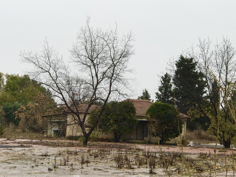 Ein Haus, das für irgendeine Lebenerneuerung erwartet stockfotos