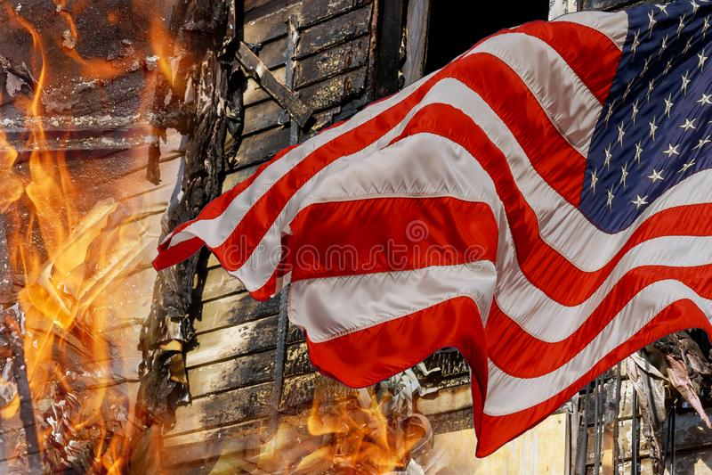 Ein Haus wurde durch die Häuser waren verloren zur Flamme und zur amerikanischen Flagge gebrannt stockbild