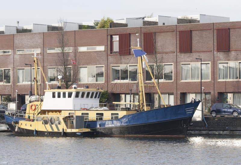 Ein Hausboot beim Panamakade mit Wohnungen im Hintergrund Amsterdam die Niederlande stockfoto