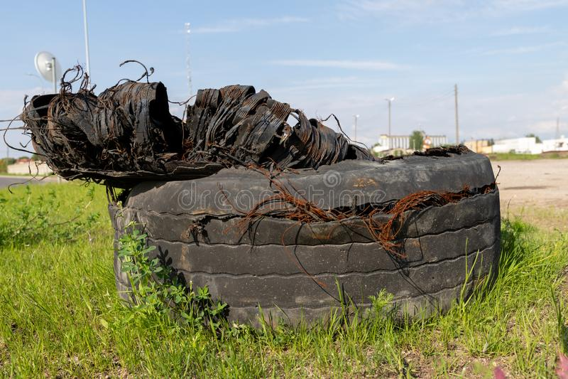 Ein heftiger Reifen von einem LKW Alte Reifen verließen auf der Seite der Straße lizenzfreies stockbild