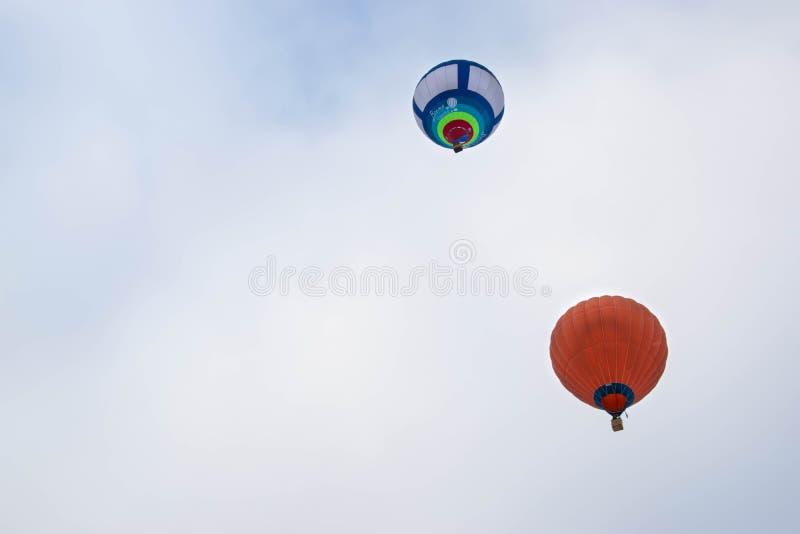 Ein Heißluftballon im Winterhimmel lizenzfreie stockbilder