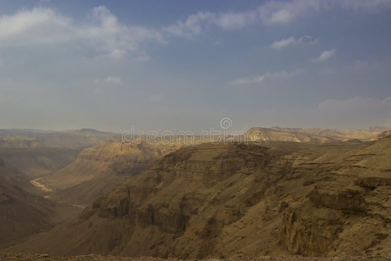 Ein Hemar-Fluss in einer israelischen Wüste stockbild