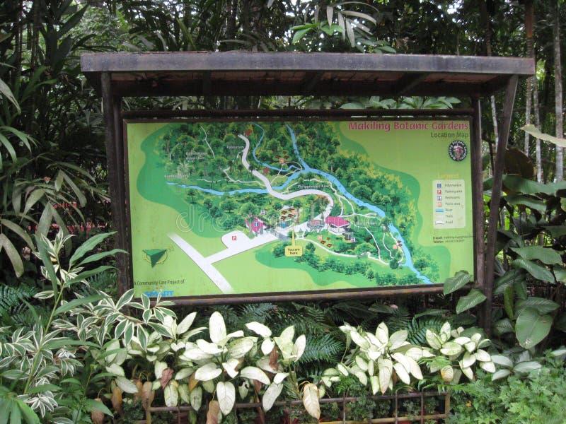 Ein Hinweiszeichenbrett an botanischen Gärten Makiling, Philippinen stockfotos