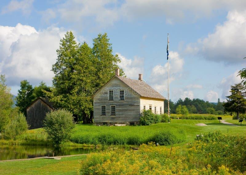 Ein historisches Haus und eine Scheune in Virginia stockbild