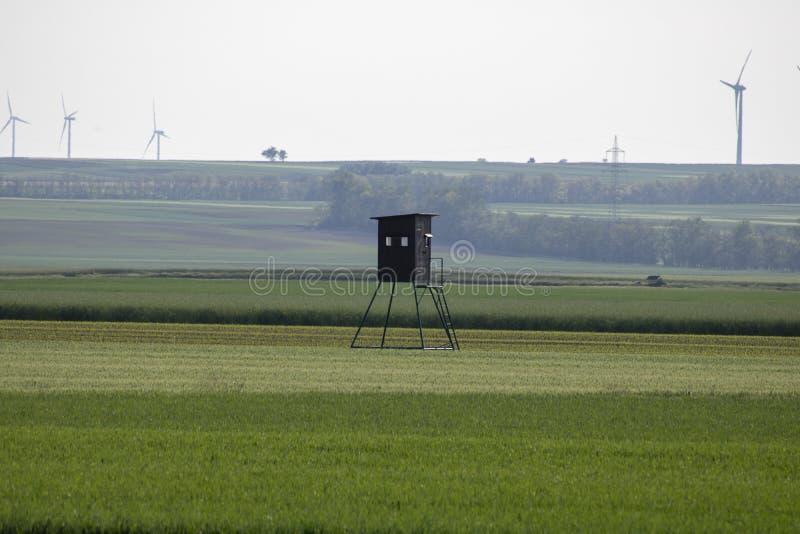 Ein Hochstand zwischen Feldern lizenzfreies stockfoto