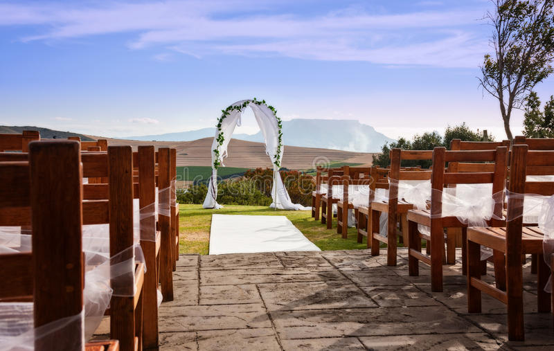 Ein Hochzeitsbogen gegen eine Landschaft im Freien stockfotografie