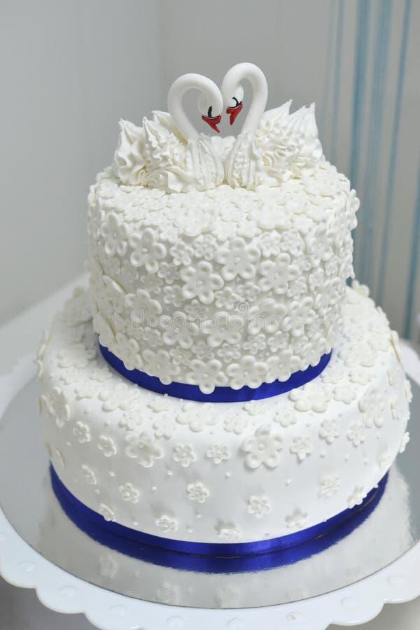Ein Hochzeitskuchen lizenzfreie stockbilder