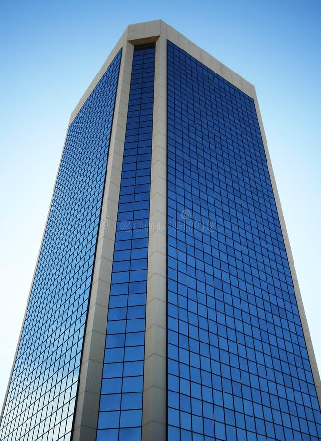 Ein hoher Glaskontrollturm reflektiert den Himmel stockfotografie