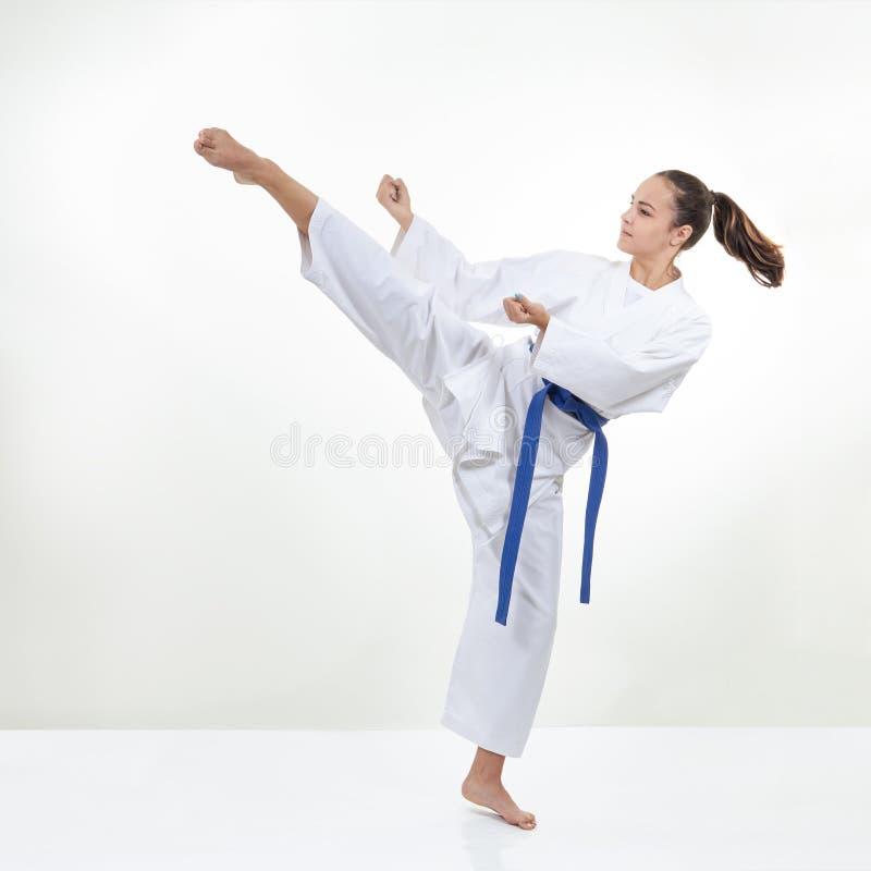 Ein hoher Kreistritt tritt den Athleten im karategi stockbilder