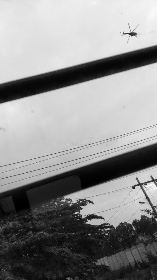 Ein Hubschrauber durch ein Busfenster stockfotos