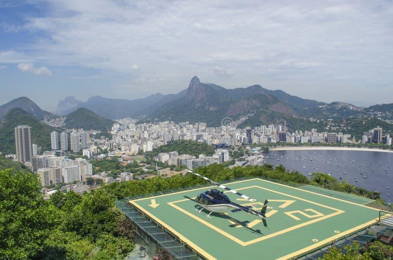 Ein Hubschrauber in einem Hubschrauber-Landeplatz in Rio de Janeiro lizenzfreie stockfotografie