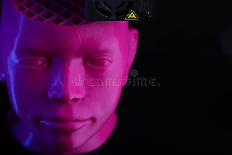 Ein humanoid Kopf 3D-printed hergestellt aus rosa Plastikst?nden im dunklen umgebenden und futuristischen Neonlicht heraus stockbild