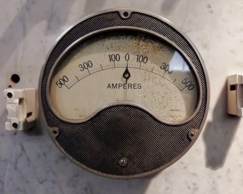 ein industrieller Amperemeter der gro?en runden Weinlese mit einer analogen Skala mit Zahlen mit elektrischen Standardsymbolen au lizenzfreies stockfoto