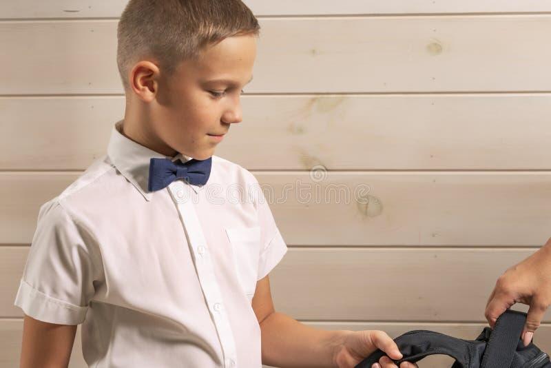 Ein 10-jähriger Junge bereitet sich für Schule nach einer langen Sommerpause vor Zur?ck zu Schule lizenzfreie stockfotografie