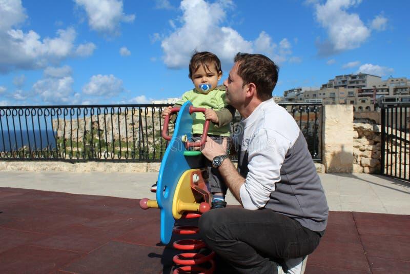 Ein jähriges Baby auf dem Spielplatz stockbild