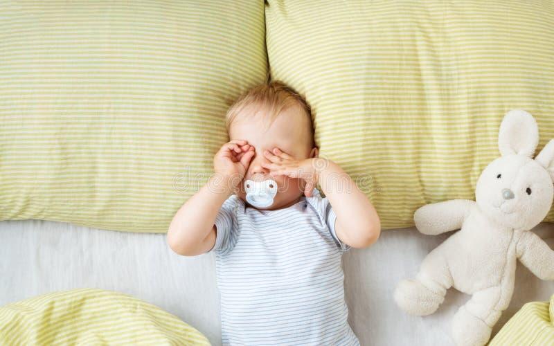 Ein jähriges Baby im Bett stockbild