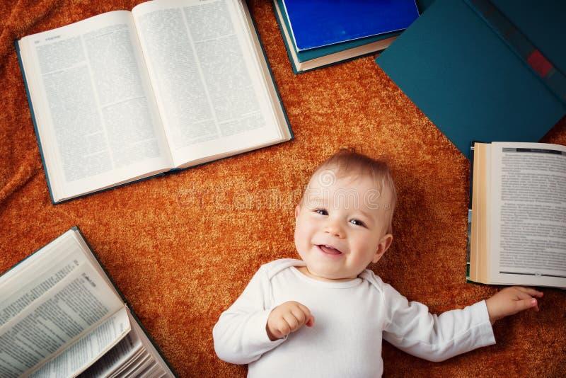 Ein jähriges Baby mit spectackles und Büchern lizenzfreie stockbilder