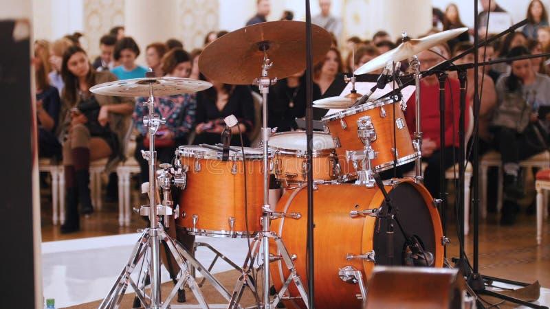Ein Jazzkonzert im Konzertsaal Trommelausrüstung und -publikum auf einem Hintergrund lizenzfreie stockfotografie
